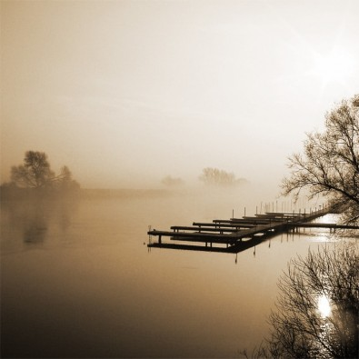 Fototapeta kładka nad jeziorem we mgle