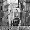 Fototapeta z tramwajem w kolorze czarno białym