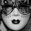 Fototapeta czerwona maska wenecka - zmiana koloru na czarno biały
