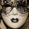 Fototapeta czerwona maska wenecka -zmiana koloru na sepię