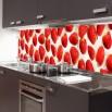 Fototapeta truskawkowo zaaranżowana na ścianie w kuchni