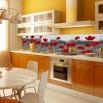 Fototapeta z motywem maków - aranzacja w kuchni między szafkami