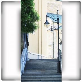 wąskie schody