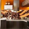 Fototapeta wanilia na ścianie w kuchni między szafkami