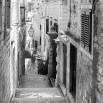 Fototapeta na łukową ścianę - kamienna uliczka