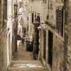 Fototapeta kamienna uliczka - w sepii