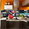 Aranżącja fototapety drogowskazy na ścianie w kuchni między szafkami