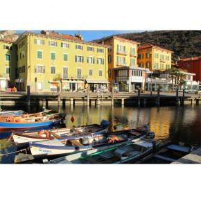 spokojna przystań na włoskim jeziorze
