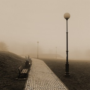 latarnia ławka we mgle