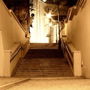 kamienne schody w nocy