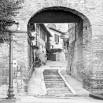 Fototapeta turkusowa uliczka - zmiana koloru na czarno biały