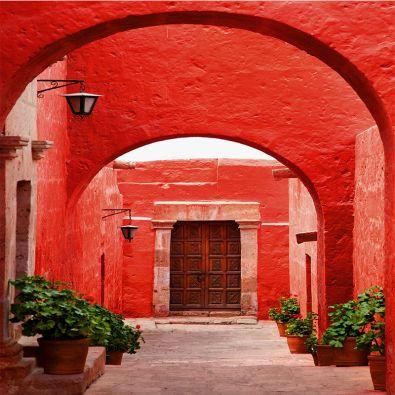 Fototapeta czerwona brama w uliczce